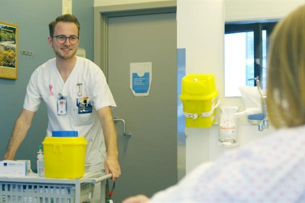 Sjukepleiar på pasientrom. (Foto)